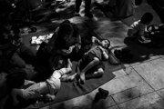Nie je to prvýkrát, čo utečenci z Blízkeho východu našli dočasné útočisko na Viktóriinom námestí v Aténach.