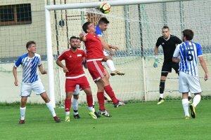 Neded (v červenom) prehral s Kozárovcami gólom z 89. minúty.
