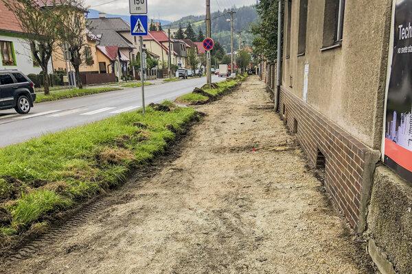 Rekonštrukcia chodníka na autobusovú stanicu.