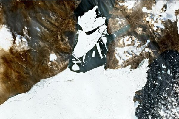 Ľadovce plávajú počas východu slnka neďaleko grónskeho Kulusuku - ilustračná fotografia.