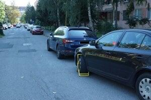 Autám, ktoré takto parkovali na Braniskovej v pondelok, sa ušli od polície papuče a pozvánky na jej stanicu.