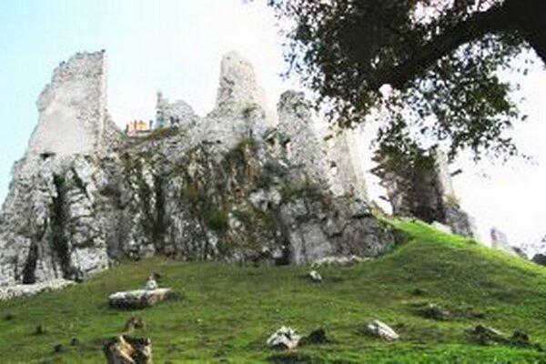 Na hrad Hrušov sa vrátili vykrádači. Oprava kultúrnej pamiatky je kvôli nim pozastavená.