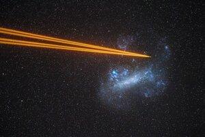 Uznanie poroty v kategórii Galaxie získal záber Veľkého Magellanovho mraku, na ktorý miera lasery teleskopu.