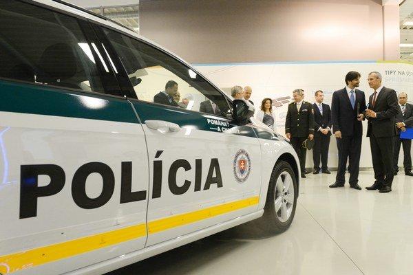 Minister vnútra Robert Kaliňák pri novom aute.