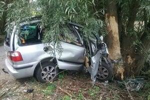Po náraze do stromu ostala z auta len kopa pokrčených plechov.
