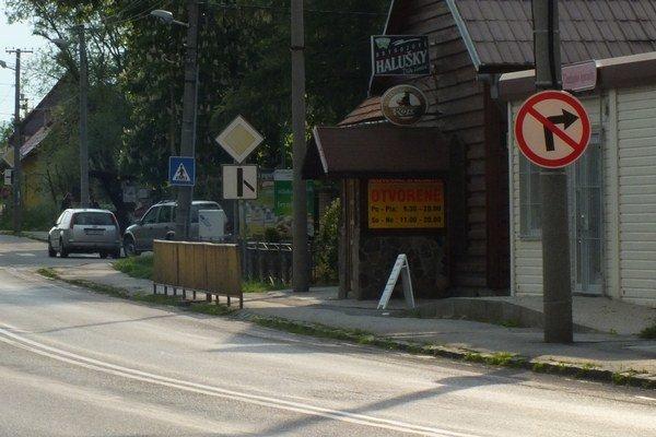 Dopravné značenie ov Zvolenskej Slatine v smere od Detvy je v poriadku. V smere od Zvolena značka zakazuje odbočiť do zákazu len kamiónom.