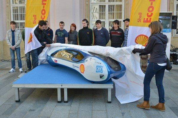 Študenti STU na Primaciálnom námestí odhaľujú model vozidla pre súťaž Shell Eco-marathon.
