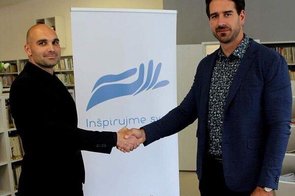 Marcel Filaga sBorisom Valábikom pri projekte Pojazdná knižnica