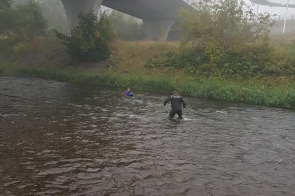 Nevládneho a dezorientovaného muža vytiahli z rieky.