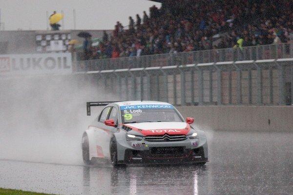 Mokrá trať Slovakia Ringu najviac vyhovovala Sébastienovi Loebovi na Citroene.