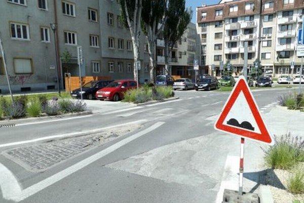 Na nerovný povrch upozorňuje dopravná značka.