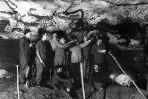 Návšteva jaskyne v roku 1940. V strede je archeológ Abbé Breuil. Vpredu sedia jej mladí objavitelia Jacques Marsal a Marcel Ravidat.
