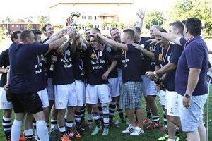 Radosť Lapášanov zo zisku víťazného pohára. Celkom vpravo hlavný sponzor Martin Ševčík.