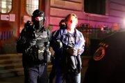 Eskorta odvádza Ľudovíta Makóa z budovy Špecializovaného trestného súdu v Banskej Bystrici.