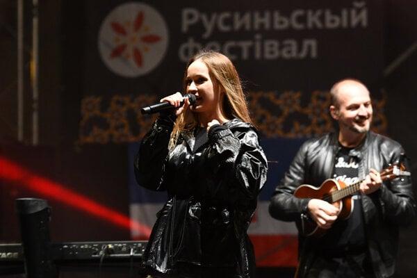 Koncert speváčky Kristíny s kapelou.