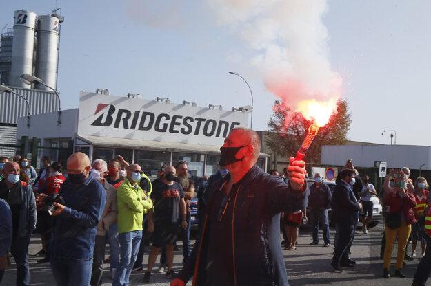 Proti ohlásenému zatvoreniu fabriky Bridgestone vo francúzskom Bethune protestovali 17. septembra aj jej zamestnanci.
