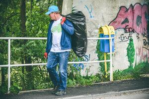 Dobrovoľník odnáša odpad z bratislavského lesoparku.