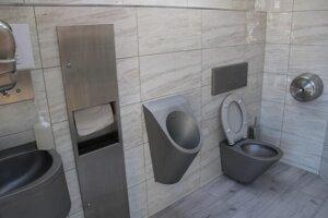 Vybavenie toaliet na Hlavnom námestí.