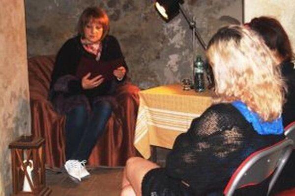 V pivnici meštianskeho domu čítala riaditeľka knižnice Monika Lobodášová.