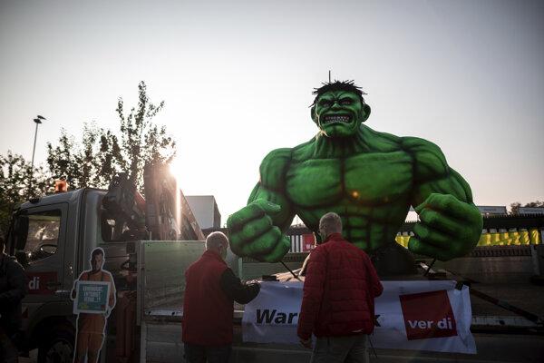 Štrajkujúci stavajú sochu komiksového Hulka počas štrajku v nemeckom Duisburgu.