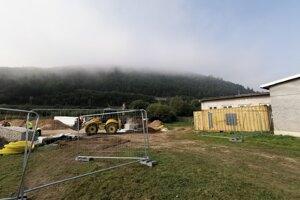 Výstavba kontajnerovej školy na brehu Hornádu v Richnave.