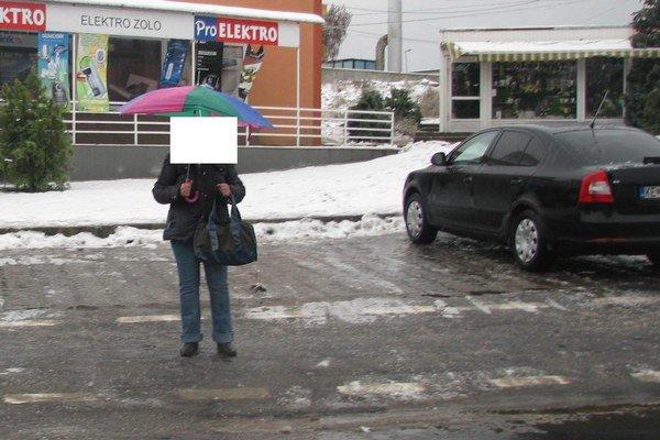 Osoba na fotke ukazuje miesto, kde stála zrazená chodkyňa. Fotku urobili policajti dodatočne, po oznámení nehody.