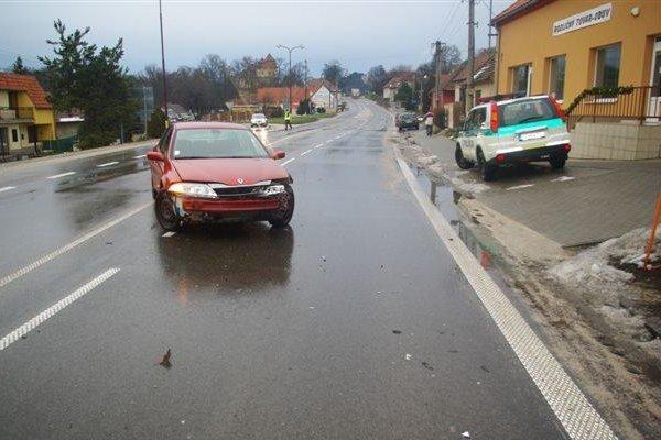 Auto, ktoré narazilo do policajného vozidla.