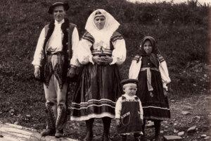 Ždiarsky kroj v roku 1949 - chlapec už má čiapku z obchodu.
