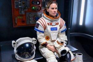 Hillary Swank ako americká astronautka v seriáli Away.