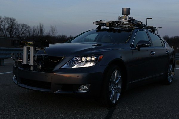 Lexus si chce udržať líderstvo v oblasti bezpečnosti, autonómneho ovládania vozidiel a ich vzájomnej komunikácie.