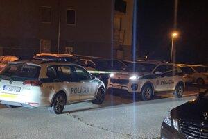 Pred bytovým domom stáli policajné autá.