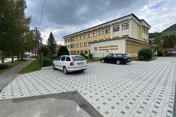 parkovacia plocha pri základnej škole.