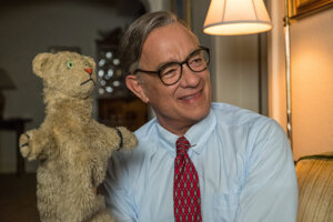 Tom Hanks ako obľúbený moderátor Fred Rogers vo filme Výnimoční priatelia