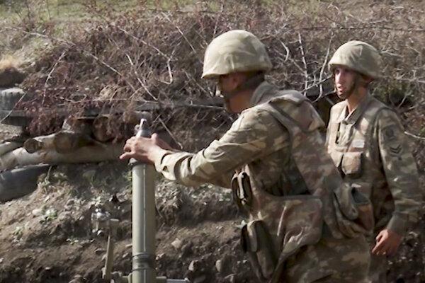 Azerbajdžanskí vojaci strieľajú z mínometu na kontaktnej línii v separatistickom regióne Náhorný Karabach v Azerbajdžane.