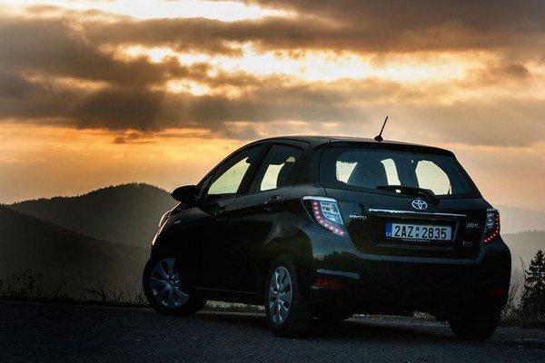 Predaje hybridného Yarisu ukazujú, že má nádej na svetlejší zajtrajšok, ak bude mať prijateľnú cenu a výbavu. V hybridnej verzii treba hľadať komfortnú podobu malého auta do mesta, pretože na cenové trháky sú určené iné modely.