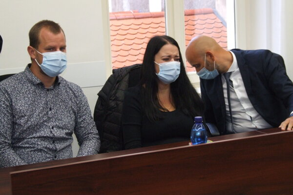 Sebinkovi rodičia s právnym zástupcom na prvom pojednávaní.