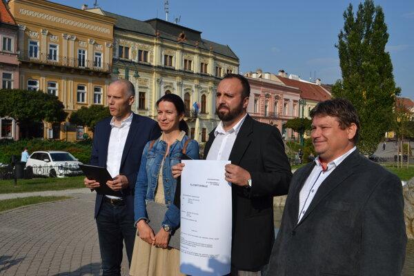 Poslanci poukazujú na fungovanie úradu v Prešove. Zľava: R. Drutarovský, S. Čorejová, M. Eštočák, F. Oľha.