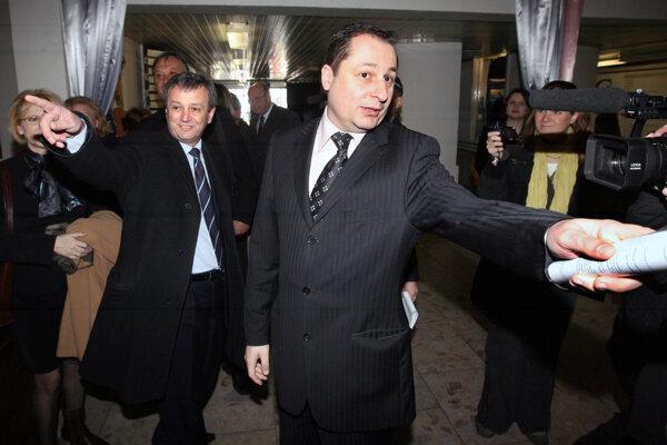 Bývalý krajský šéf SDKÚ Valentín Mikuš a súčasný starosta Vrakune Martin Kuruc, keď ich v roku 2008 vyhadzovali zo strany.