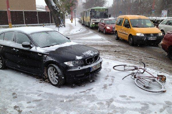 Auto sa zrazilo s cyklistom v križovatke. Podľa polície bol na vine cyklista.