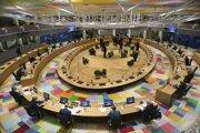 Štvrtkové stretnutie lídrov EÚ malo na programe rokovanie o Bielorusku aj Turecku. Záber ukazuje pandemické rozsadenie v zasadačke bruselskej budovy Európskej rady.