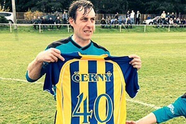 Miroslav Černý, ikona lapášskeho futbalu, oslávil 40-tku. Futbalistovi, ktorý väčšinu kariéry strávil doma na Lapáši, k jubileu všetko naj želajú spoluhráči, vedenie klubu a fanúšikovia.