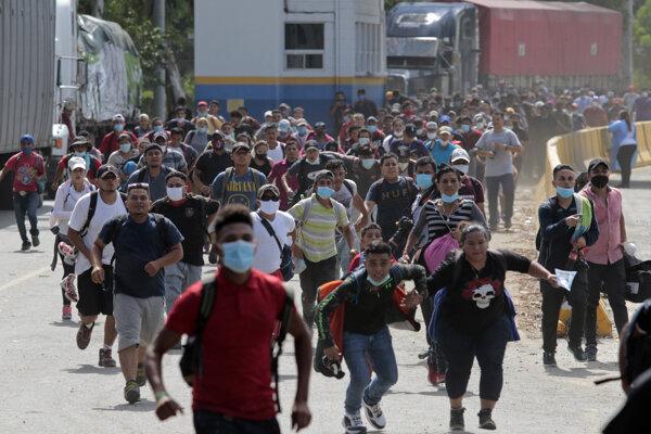 Migranti mieria k hranici.