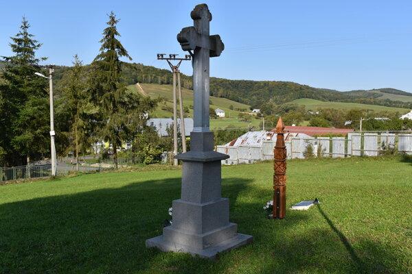 Hrobové miesta pred chrámom v obci Repejov pripomínajú totem a pamätná tabuľa.