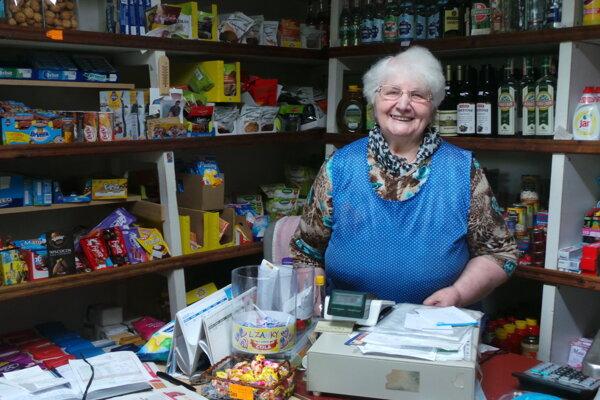 Mária Jurkyová zVasiľova vo svojom obchodíku.