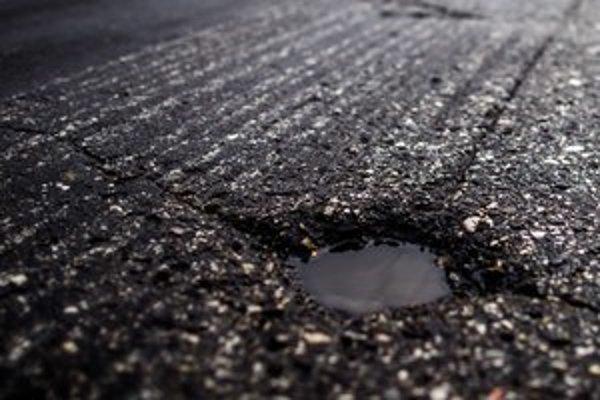 V čerstvom asfalte sú diery aj na celé koleso.