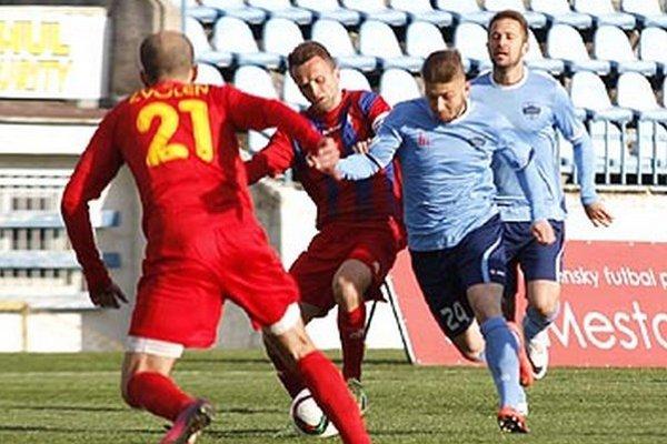 Michal Rakovan (v modrom drese vpravo za Kemlagem) hral v sobotu proti svojmu bývalému mužstvu.