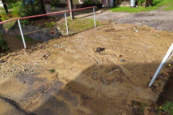 Hasiči museli odstraňovať nánosy blata.