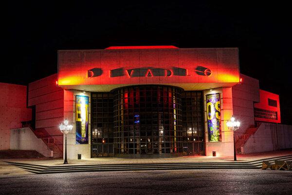 Divadlo Andreja Bagara v Nitre svieti na červeno, chce poukázať na vážnosť situácie v oblasti kultúry a umenia.