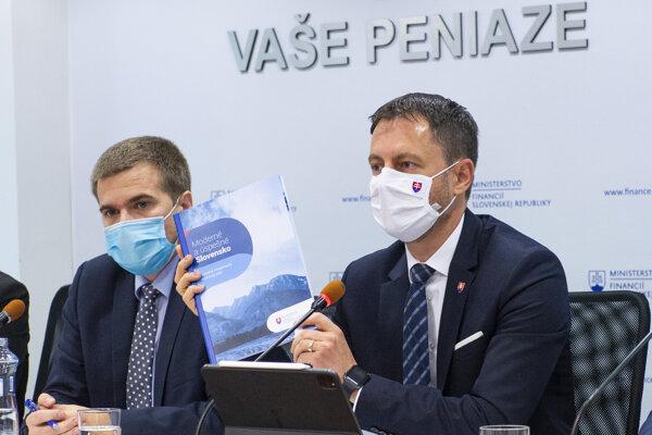 Minister financií Eduard Heger a riaditeľ Inštitútu finančnej politiky Eduard Hagara počas tlačovej konferencie k reformnému plánu.