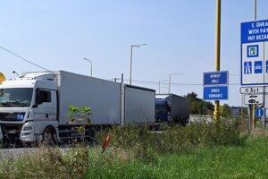 Kolóna kamiónov na vstupe zo Slovenska na colnú kontrolu na hraničnom priechode s Ukrajinou vo Vyšnom Nemeckom 14. septembra 2020. FOTO TASR - Roman Hanc